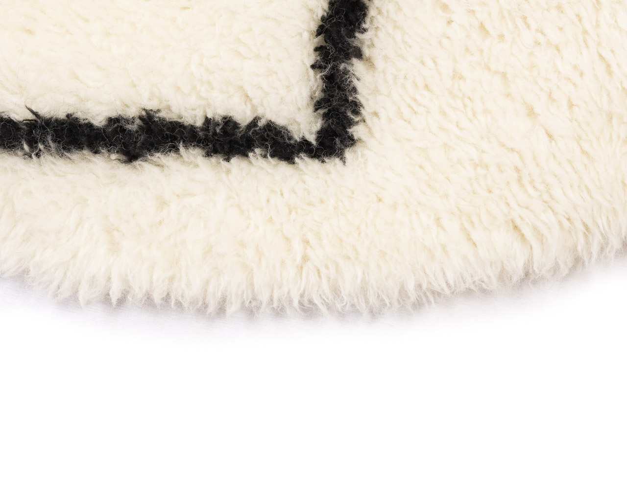 extra soft rug in white with black rhombus