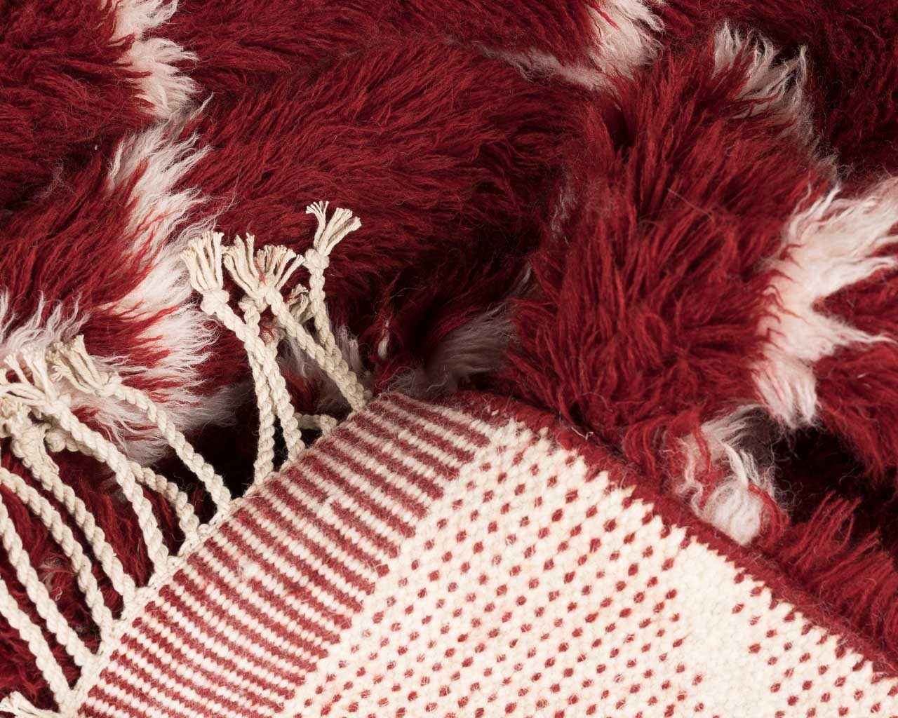 feathery rectangle red rug squar white fringes.