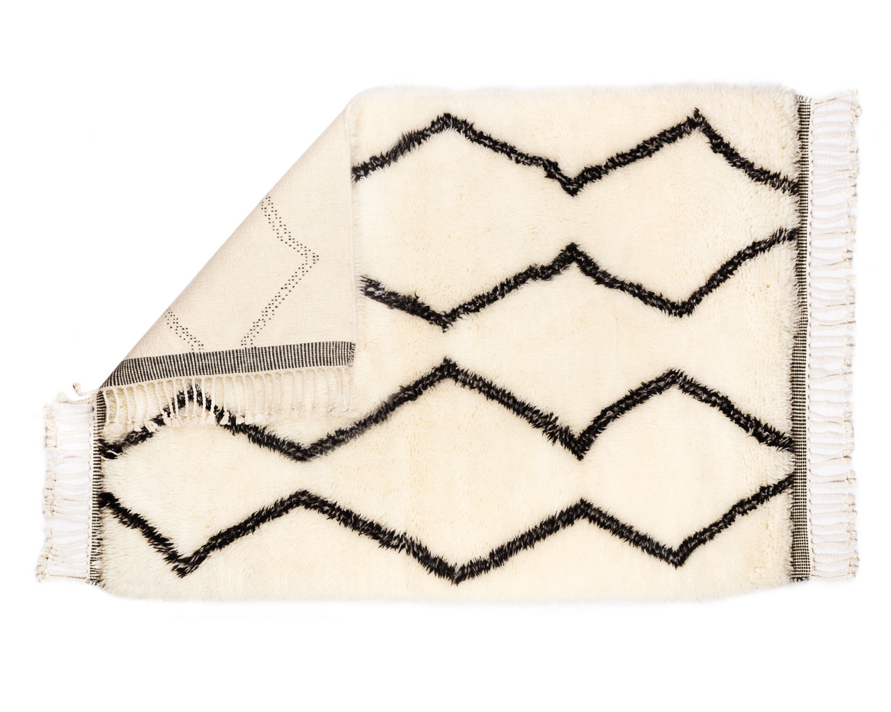 rectangular-rug-in-white-with-black-zigzags