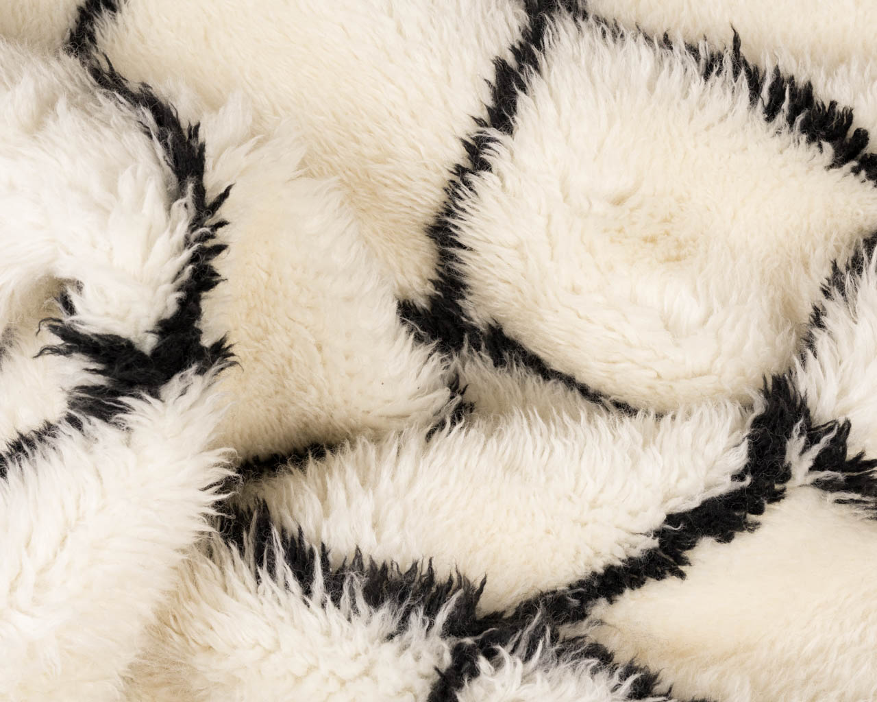 round-rug-in-white-color-with-square-pattern