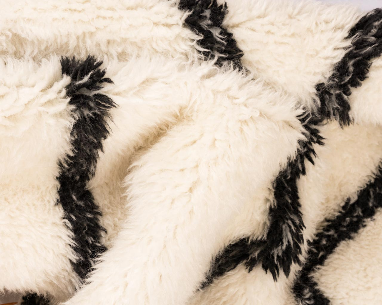 soft-rug-in-white-color-with-zigzag