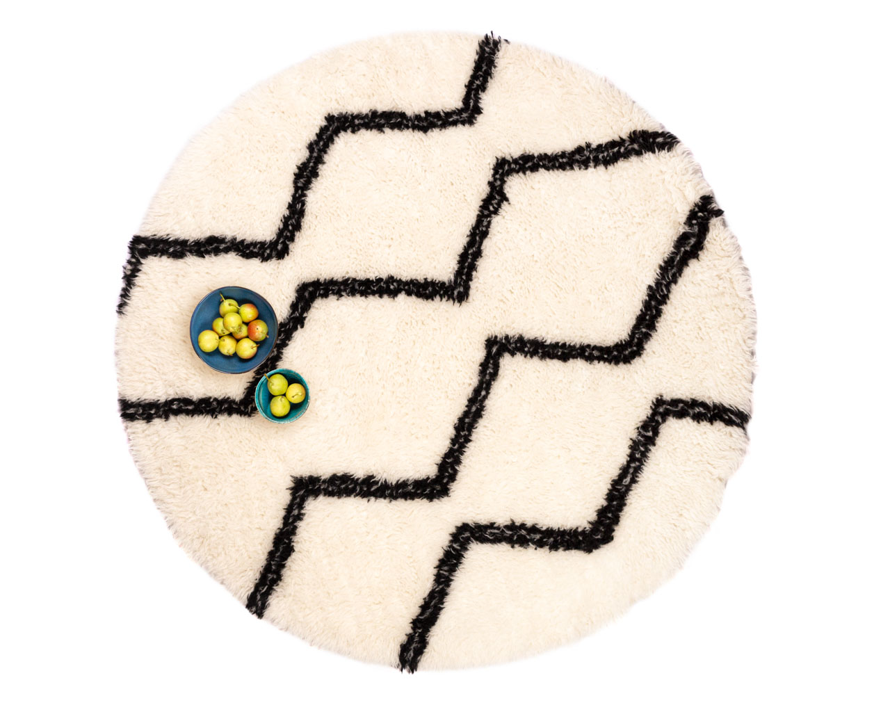 white-round-rug-in-zigzag-for-home-decor