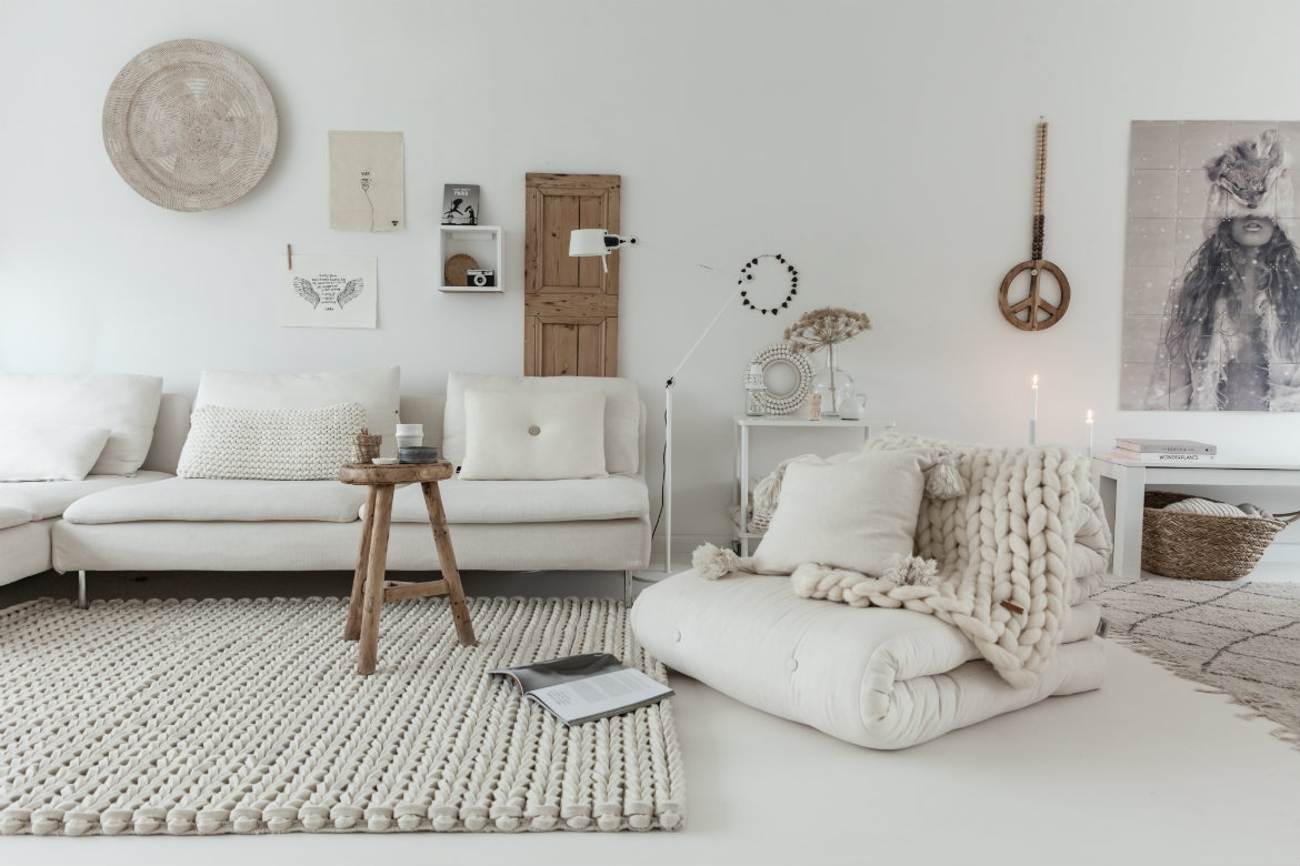 white-braided-felt-rug-in-a-hygge-concept-living-room